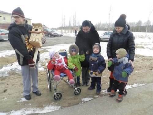 Andrius, Snieguolė ir Ela su mažaisiais paukštelių mylėtojais