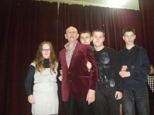Dainininkas su Dovile, Žilvinu, Vytautu K. ir Sauliumi