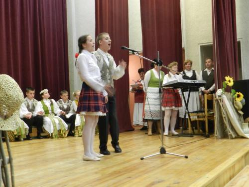 Dainuoja Marija ir Vytautas, akomponuoja Vida