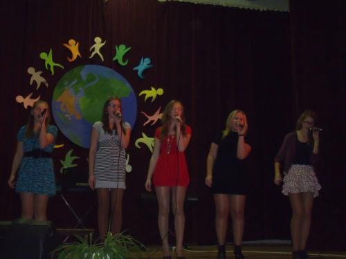 Dainuoja Papilės gimnazijos merginos