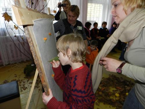 Eglė padeda kurti bendrą paveikslą