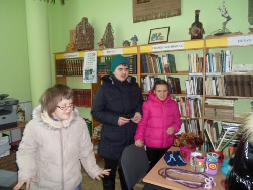 Gertrūda, Inga ir Jurgita bibliotekoje