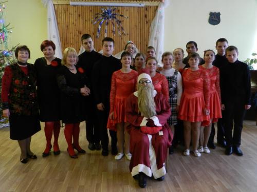 Globos namų šokėjai ir dainininkai su klubo vadove ir  Kalėdų seneliu