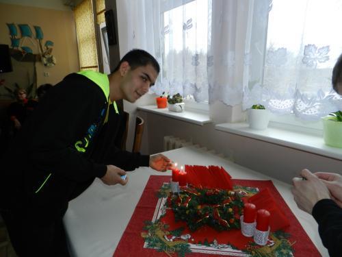 Grafas uždega Advento žvakes