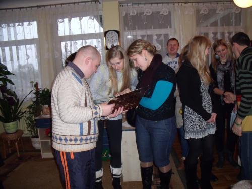 Ignas rodo nuotraukų albumą
