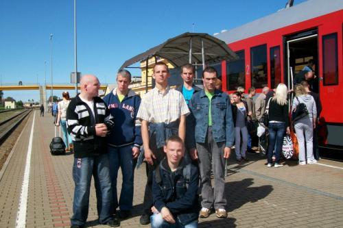 Jaunuoliai geležinkelio stotyje