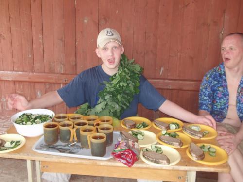 Jonas ruošia vaišių stalą