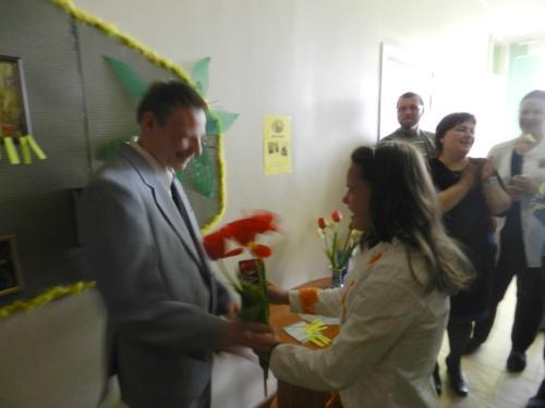 Jurgita dovanoja gėles Andriui