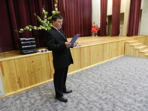 Laimonas skaito eiles sveikatos priežiūros personalo darbuotojoms ir buhalterėms