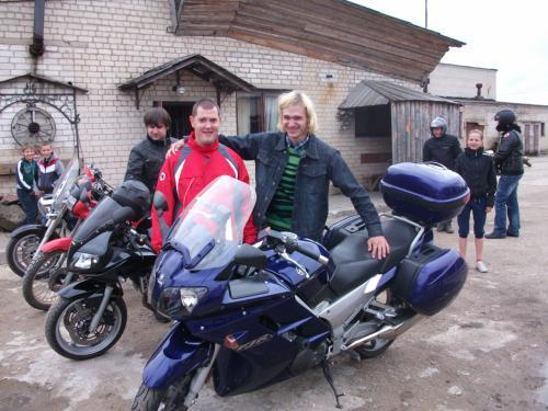 Prie motobolo žaidėjų motociklų