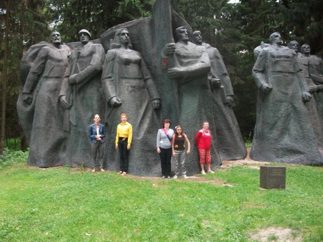Prie skulptūrų Grūto parke