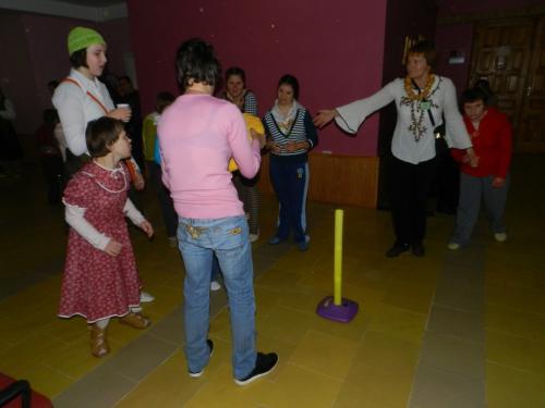 Soc. darbuotoja Antanina organizuoja žaidimą