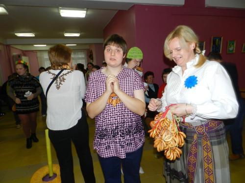 Soc. darbuotoja užimtumui Ingrida dovanojo dalyviams riestainių karolius