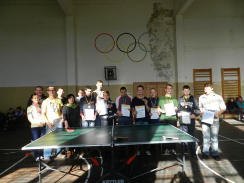 Stalo teniso 2012 dalyviai ir teisėjai su įstaigos direktore