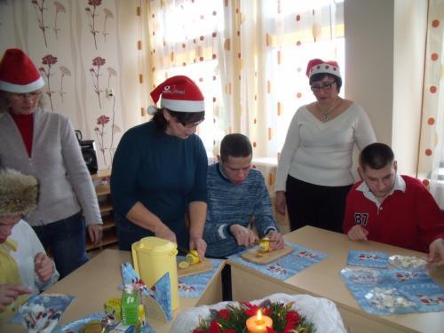Stanislav su darbuotoja Regina ruošia citriną arbatai