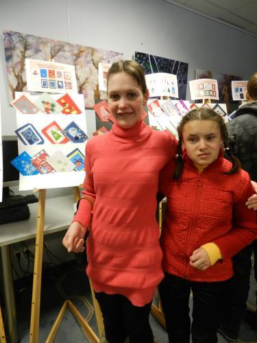Svetlana ir Jurgita prie mūsų globos namų atvirukų kolekcijos