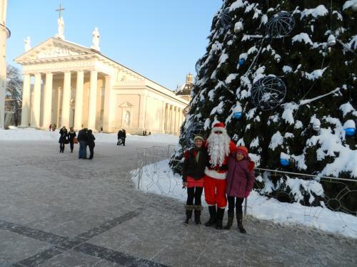 Vilniaus Katedros aikštėje su Kalėdų seneliu
